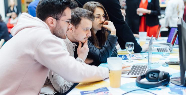 """entrepreneur entrepreneuse start up est intimidante. On se pose mille questions, à commencer par : """"par où je commence pour lancer ma startup ?"""", """"je suis seul.e, dois-je m'entourer d'une équipe ?"""", """"lancer sa startup tout en étant étudiant.e, est-ce une bonne idée?"""", """"dois-je me faire accompagner par un incubateur ou un accélérateur ?"""", """"comment puis-je trouver du financement idée d'entreprise"""