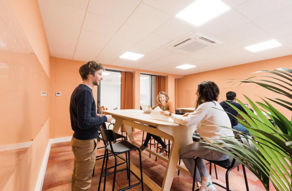 Salle de Réunion Abricot - Schoolab Saint-Lazare